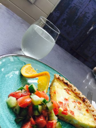 Lakemont, จอร์เจีย: Tomato Pie, tomato-cucumber salad, fruit infused water, pretty decor and natural light. Ahhhhhh