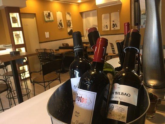 El Escorial, Spain: Tarta casera de limón espectacular. Buena selección de vinos.