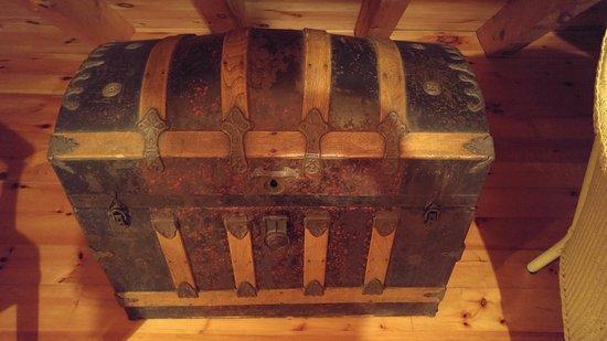 Gite le Roupillon B&B: Old wooden chest