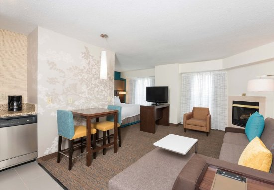 Grandville, MI: Studio Queen Suite with Fireplace