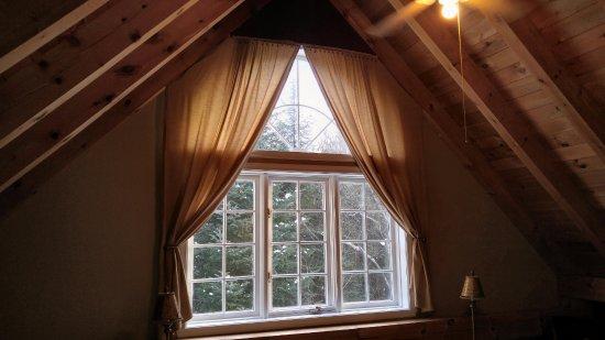 Gite le Roupillon B&B: Mezanine room large picture window
