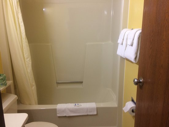 Belgium, WI: Very Clean Shower!