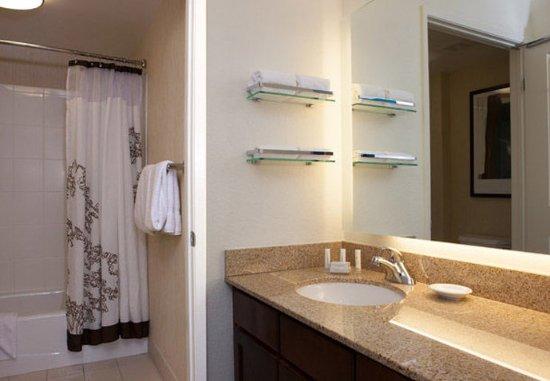 Westlake Village, CA: Suite Bathroom