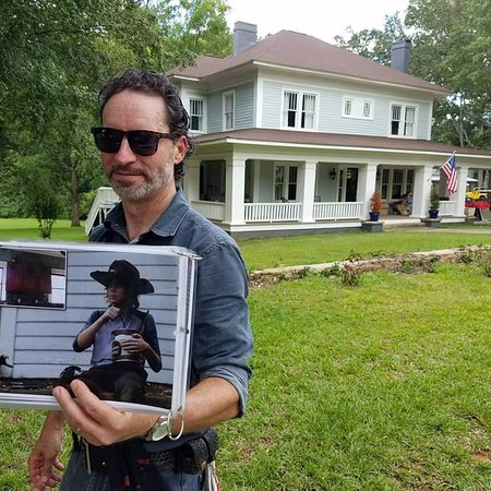 Senoia, Τζόρτζια: Rick holding up the photo of Carl eating pudding on the roof of the house in the background.