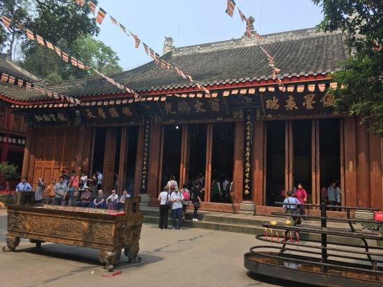 Лэшань, Китай: Strikingly beautiful temple prior to viewing Giant Buddha