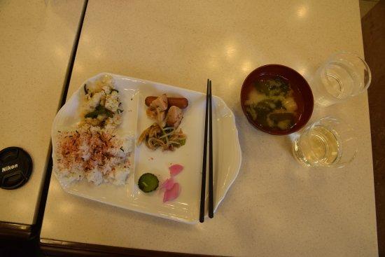 Toyoko Inn Maebashi Ekimae : 和風朝食です。左はごはんにふりかけ、まぜごはん、おかずはこれだけで全部です。