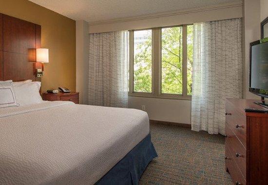 Бетесда, Мэриленд: Two-Bedroom Suite King Bedroom