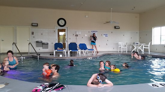 Waterford, WI: Our group of 26 adults & kids couple all hang out at the pool together comfortably.