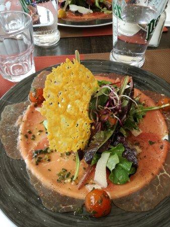 Saint-Cyprien, France: Carpaccio de boeuf et sont croustillant de parmesan.