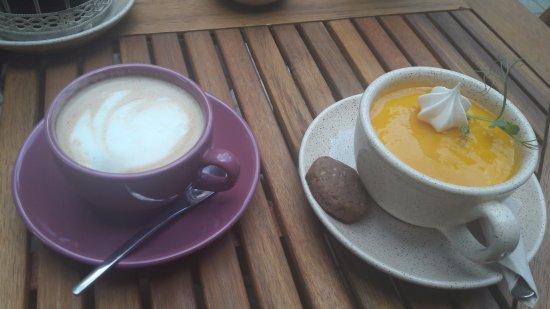 Iecava, Lettland: Coffee and mango muss in dessert