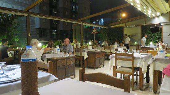 Antepli Et Lokantasi & Tatli : Restaurant with retracting roof