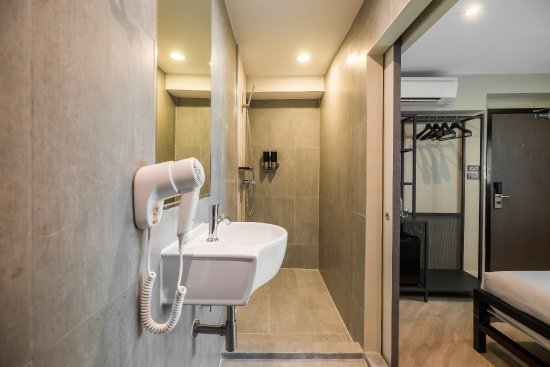 Lucky House: Newly Renovated July 2017 Shower