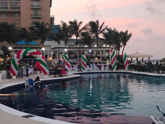 Golden Parnassus All Inclusive Resort & Spa Cancun: Los viernes hay noche mexicana y ponen un buffet delicioso y llevan tequilas de diferentes sabor