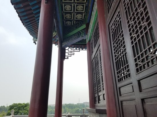 Xiangyang, Kina: This is a beautiful building with nice views. They even have tables were you can rest and order