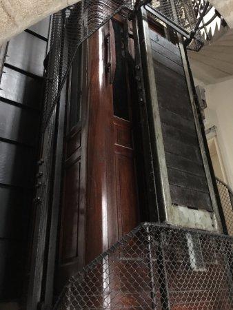 Booking Rooms : tarihi bir asansör