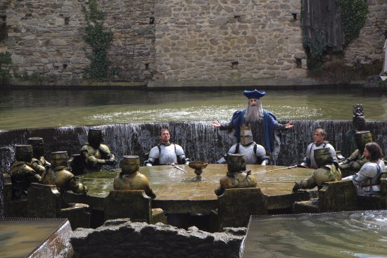 Table ronde picture of le puy du fou les epesses for Table ronde 8 couverts