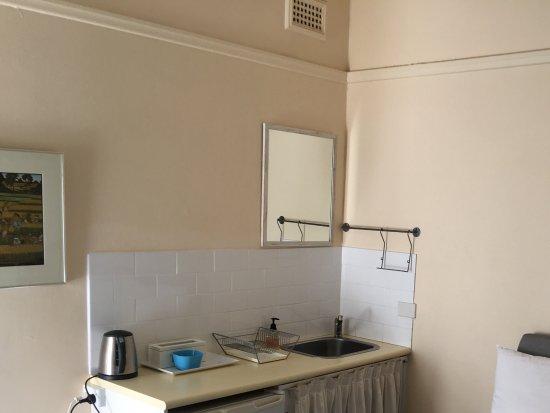 Admiral Collingwood Lodge: 個室の流しと冷蔵庫