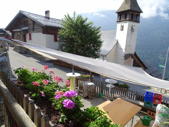 Schlans, سويسرا: Mitten im Dorf Schlans gelegen. Zentral aber trotzdem herrlich ruhig.