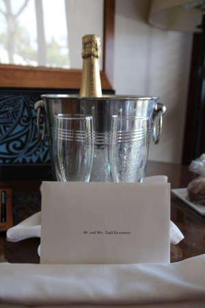 Four Seasons Resort Hualalai: Complimentary champagne upon arrival for our anniversary stay.