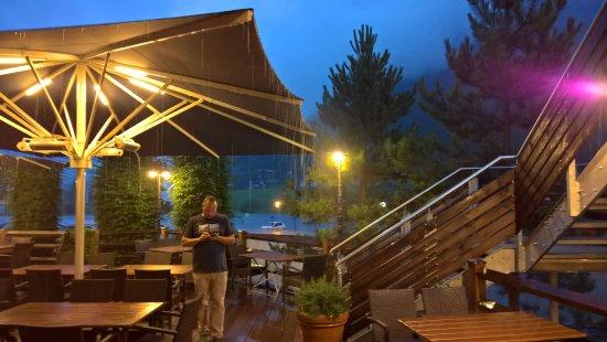 Waidring, Austria: gemütlicher Außenbereich (hier leider bei Regen)