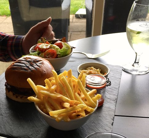 Newent, UK: Mozarella burger with fries
