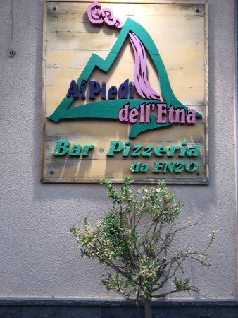 """Piedimonte Etneo, Italië: Eingang zur Pizzeria """"Ai Piedi dell'Etna"""""""