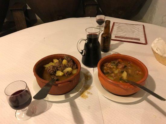 Mourao, Portugal : El plato de la izquierda es un guiso de liebre y el de la derecha uno de feijao.