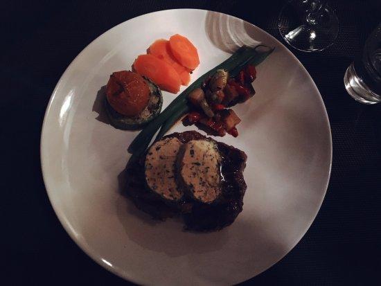 Oasis Cafe: Rinderfilet auf Gemüse mit Rösti
