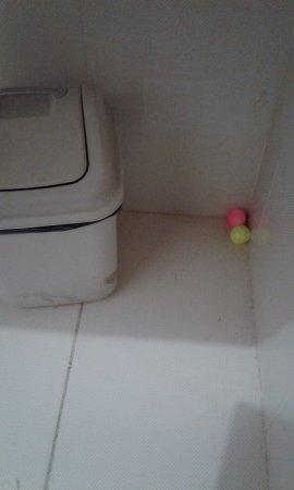 Bali Sandy Cottages : Boules desodorisantes mises partout dans la salle bain pour etouffer remontees egout.