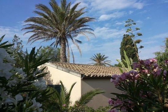 Marina Di Modica, Italy: Garten in der Bungalowanlage