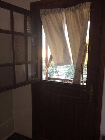 Emporio, Yunani: Porta con finestra apribile