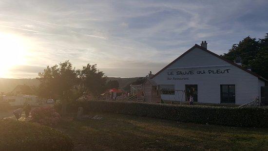 Les Pieux, France: Le restaurant est à quelques metres de la plage, tres bonne exposition sur la mer