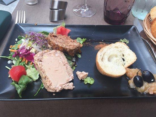 Rochechouart, Prancis: Terrine de canard avec foie gras, escalope de porc rosé et dessert à la pêche