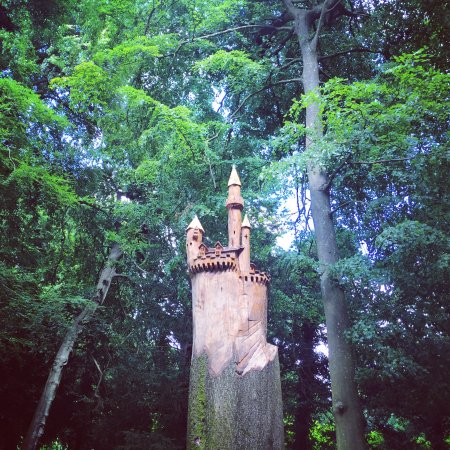 Painswick, UK: Magical tree carving in the Rocco Gardens.