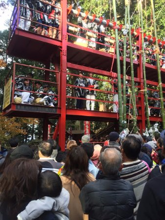 Utsunomiya, Japón: 各地域から来た梵天が一つ上がるたびに、餅などがまかれます。