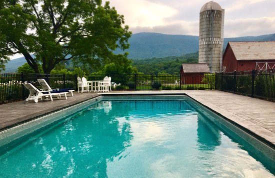 Arlington, VT: Poolside at the Inn