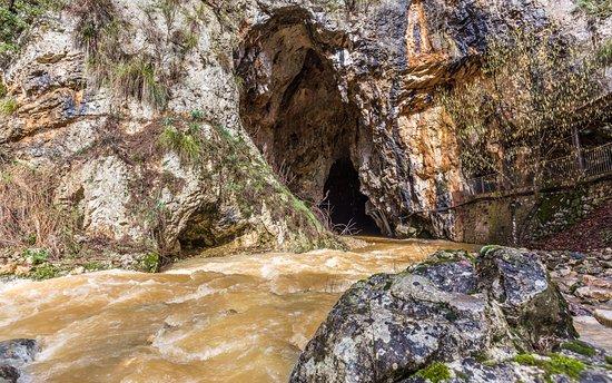 Lazio, Itália: Il maestoso ingresso delle grotte