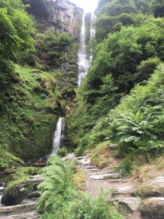 Llanrhaeadr ym Mochnant, UK: Spectacular falls coming down vertically....
