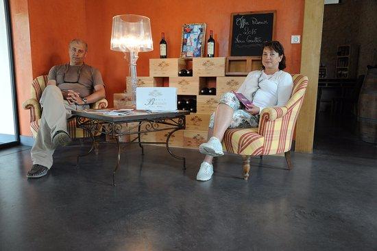 Listrac-Medoc, Frankrig: Клиенты отдыхают и пьют предложенным Сильвией кофе