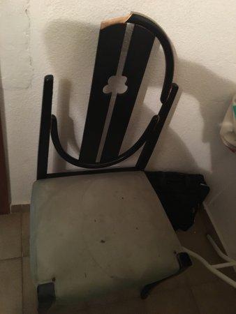 Apartamentos Las Rosas De Capistrano: These Apartments Are Filthy , Brocken  Furniture Dirty Mattresses.