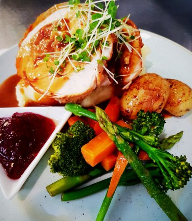 Clonmel, Ierland: Roast Turkey & Ham, Seasonal Vegetable Medley with Creamy Mash & Cranberry Jus