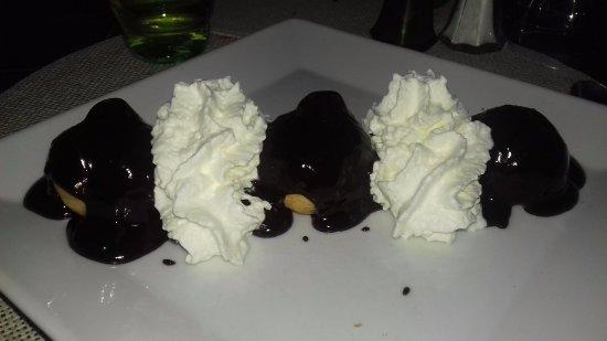 Les Chenes : Profiteroles à la glace et chocolat chaud crème chantilly