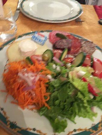 Restaurant de l'Auberge de Cucugnan : une salade avec des légume sortis tout droit de grande surface