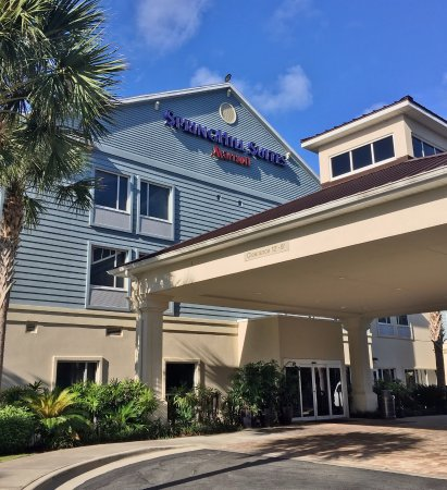 SpringHill Suites by Marriott Vero Beach: Entrance & that is a vulture on the roof peak!