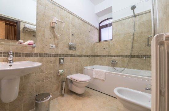 Bagno con vasca idromassaggio foto di villa donna lisa wine