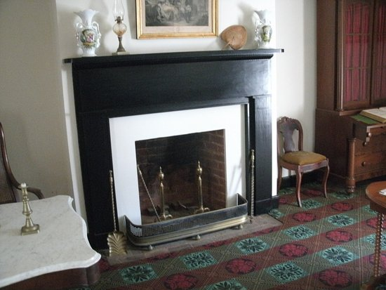 Appomattox, VA: Fireplace in the parlor