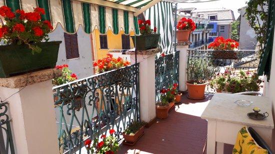 Camera con finestra sul terrazzo foto di casa dei gerani