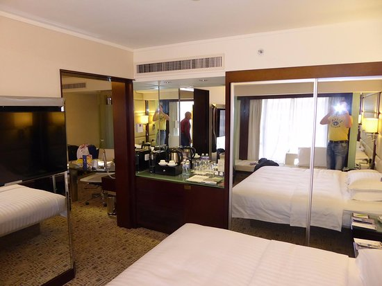 Regal Kowloon Hotel: Executive Suite - Bed room to living room