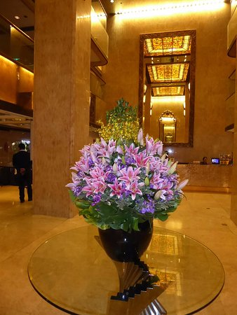 Regal Kowloon Hotel: Wonderful real floral arrangement at the lobby