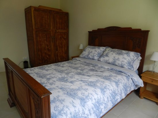 Oradour-Fanais, Frankrike: Traditional French bed at Chez Wildig